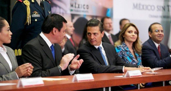 Presidente de México Enrique Peña, el secretario de Gobernación (Interior), Miguel Osorio y su esposa Angélica Rivera