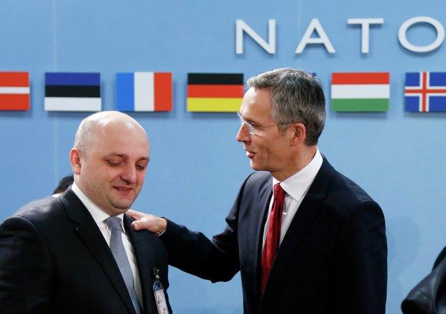 Ministro de Defensa de Georgia, Mindia Dzhanelidze y secretario general de la OTAN, Jens Stoltenberg