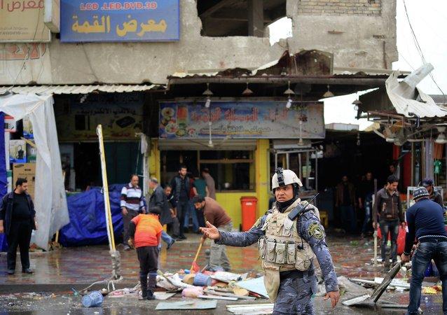 Miembro de las fuerzas de seguridad de Irak cerca del sitio de un ataque con bomba en Bagdad (archivo)