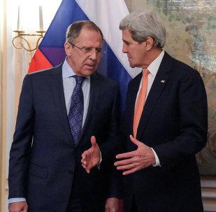 Ministro de Exteriores de Rusia, Serguéi Lavrov, y secretario de Estado de EEUU, John Kerry, en Múnich