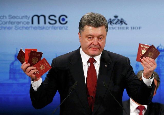 Petró Poroshenko presentó como evidentes pruebas de la presencia militar rusa en el territorio ucraniano unos pasaportes, tarjetas de identidad y libretas militares que pertenecen a los presuntos efectivos rusos