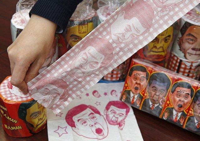 Las autoridades chinas han confiscado 7.600 rollos de papel higiénico en el que aparece impresa la cara de CY Leung, jefe ejecutivo de Hong Kong, con gestos humorísticos