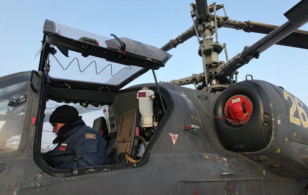 Tripulación del helicóptero de combate Ka-52 Alligator se prepara al vuelo de entrenamiento en la base aérea Chernígovka en el Territorio de Primorie