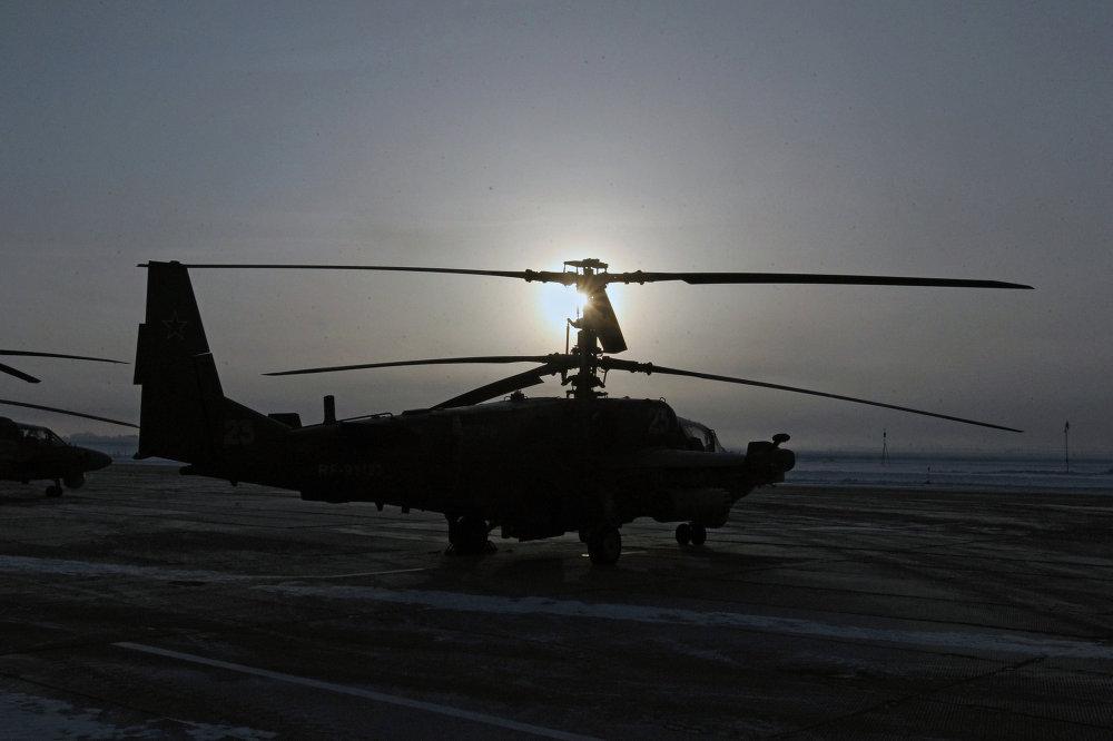 Un helicóptero de combate Ka-52 Alligator de cara al vuelo de entrenamiento en la base aérea Chernígovka en el Territorio de Primorie