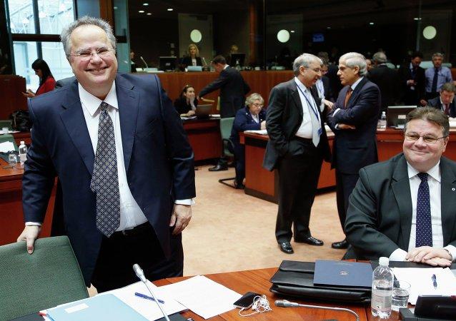 Ministro de Exteriores griego, Nikos Kotzias y ministro de Asuntos Exteriores de Lituania, Linas Linkevicius