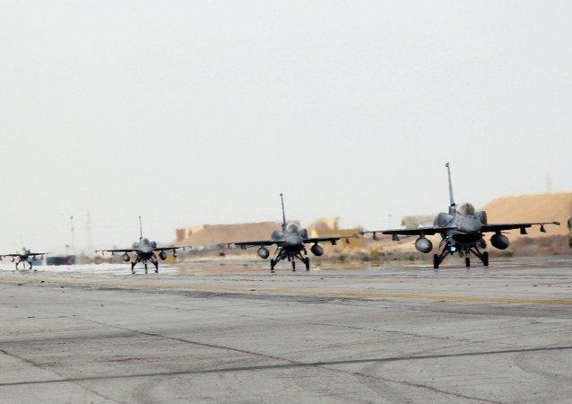 Aviones jordanos F16 bombardean al Estado Islámico en Siria tras la ejecución del piloto