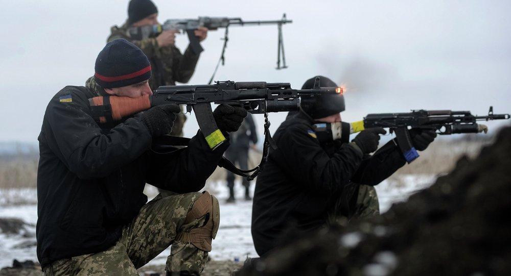 Soldados ucranianos se entrenan con armas