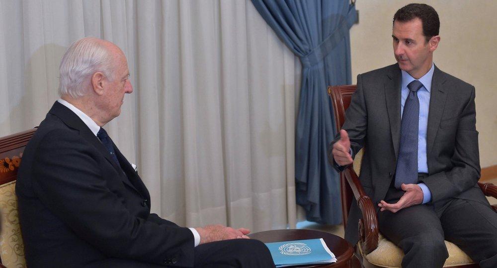 Enviado especial de la ONU a Siria, Staffan de Mistura (izda.) y presidente de Siria, Bashar Asad