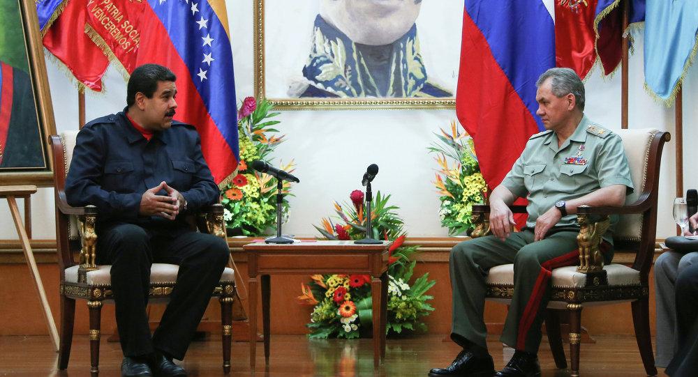 El presidente de Venezuela, Nicolás Maduro y ministro de Defensa de Rusia, Serguéi Shoigú, durante una reunión  en Caracas