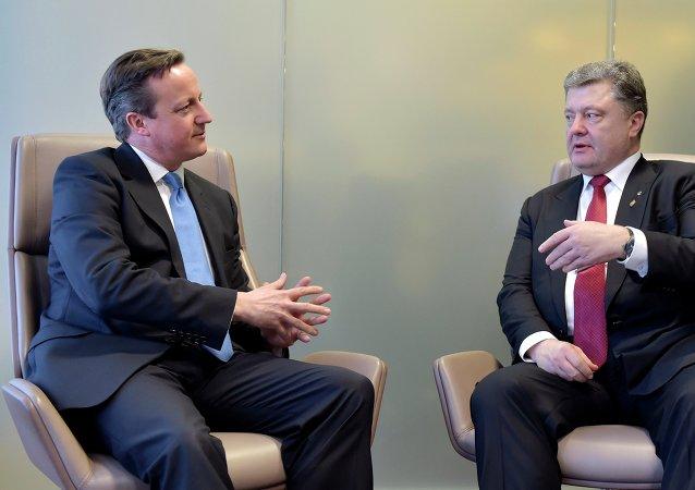 Primer ministro de Reino Unido, David Cameron y presidente de Ucrania Petró Poroshenko