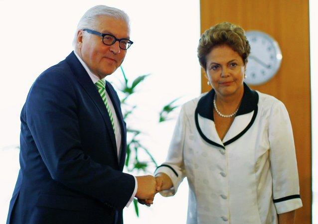 La presidenta de Brasil, Dilma Rousseff saluda ministro de Relaciones Exteriores de Alemania, Frank Walter Steinmeier