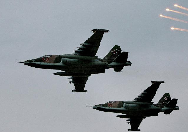 Avión de asalto Su-25 durante maniobras (Archivo)