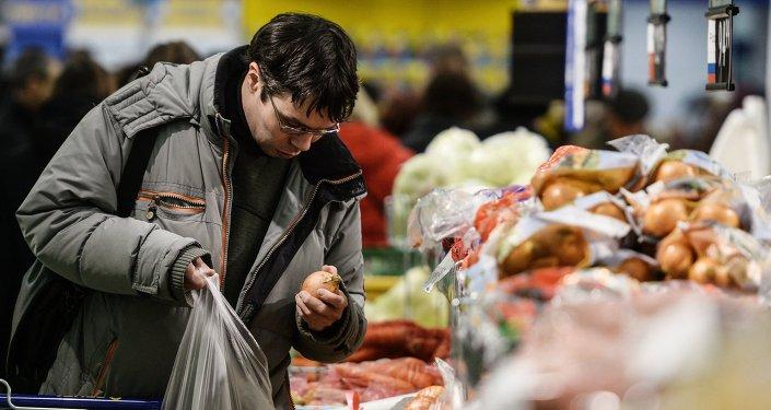 La mayoría de los rusos reducen sus gastos en alimentos