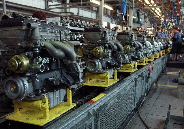 Montaje de motores en la fábrica