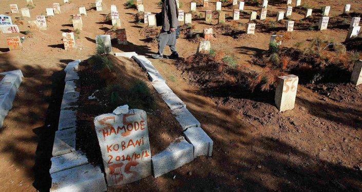 Cementerio de combatientes kurdos, murieron en bombardeos y enfrentamientos con el EI en Kobani y sus proximidades