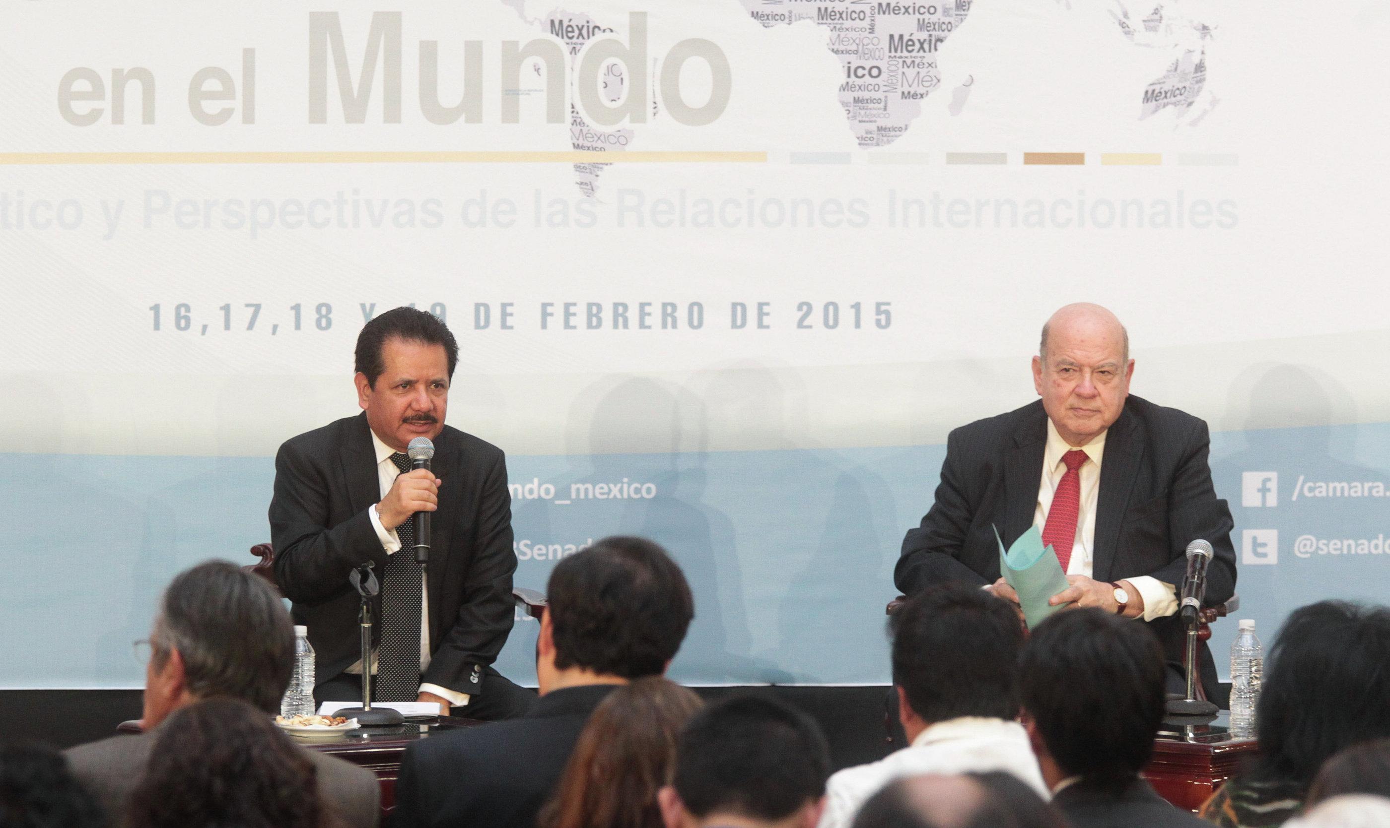 Secretario general de la Organización de Estados Americanos, Dr. José Miguel Insulza (dcha.) y vicepresidente de la Mesa Directiva del Senado de la República, Luis Sánchez Jiménez