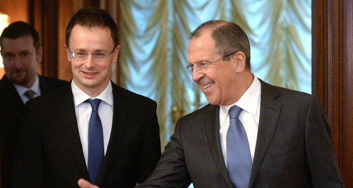 Ministro de Asuntos Exteriores de Hungría, Péter Szijjártó con su homólogo ruso Serguéi Lavrov
