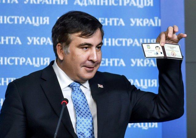 Mijaíl Saakashvili, expresidente de Georgia y nuevo asesor de Petró Poroshenko, muestra su tarjeta de identidad