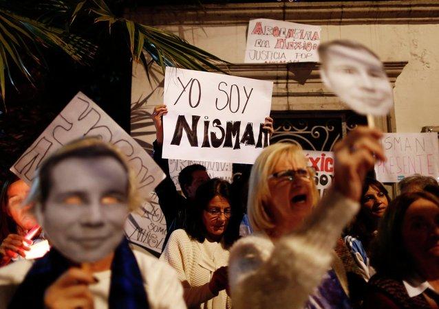 Miles de argentinos rinden homenaje al fiscal Nisman en marcha de silencio (archivo)