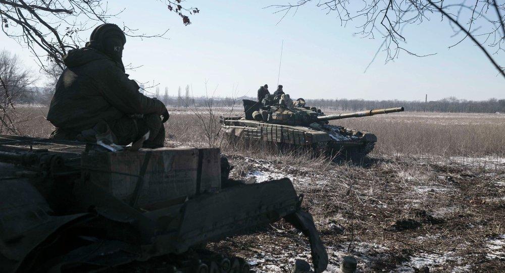 Los milicianos de la autoproclamada República Popular de Donetsk (RPD), en puesto de control en la carretera de la Uglegorsk a Debáltsevo