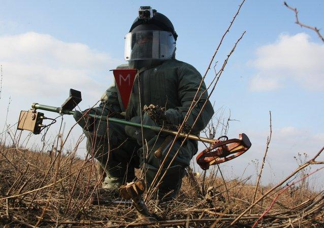 Soldado retirando minas en Chechenia
