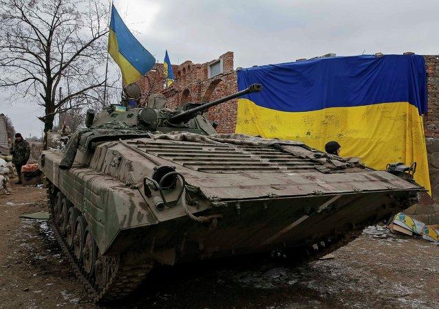 Transporte blindado de personal de las fuerzas armadas de Ucrania en  la area de Debaltsevo, 20 de febrero, 2015