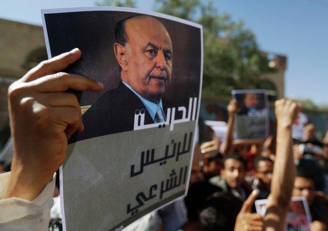 Manifestantes con retratos de Abdo Rabu Mansur al Hadi (archivo)