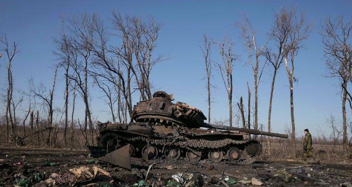 Tanque destruido de ejército ucraniano cerca de la ciudad de Debáltsevo, 22 de febrero, 2015