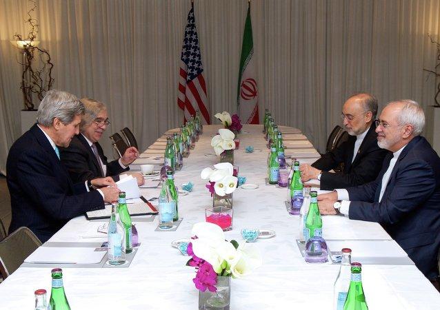Secretario de Estado de EEUU, John Kerry, y secretario de Energía de EEUU, Dr. Ernest Moniz están sentados frente de ministro de Exteriores de Irán, Jafar Zarif, y Dr. Ali Akbar Salehi,vicepresidente de Irán para la Energía Atómica y presidente de la Organización de Energía Atómica de Irán