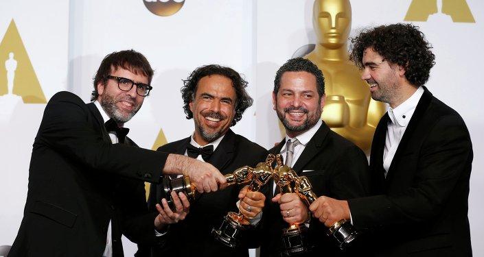 Nicolas Giacobone, Alejandro G. Iñárritu, Alexander Dinelaris Jr. y Armando Bo en la ceremonia de los Oscar