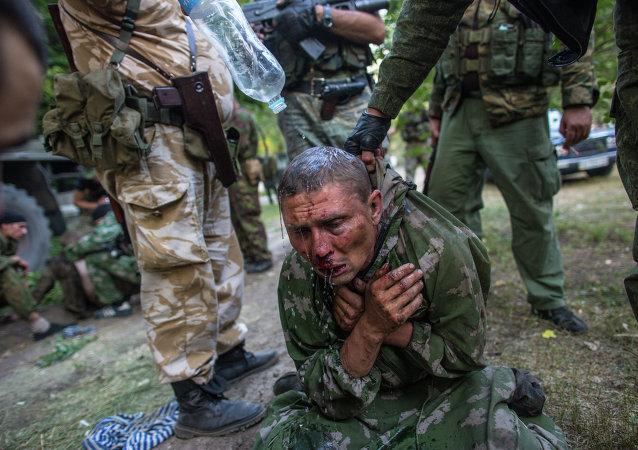 Foto de Andréi Stenin en que aparece un militar ucraniano hecho prisionero por milicianos durante los combates por la ciudad de Shajtiorsk, en Donbás