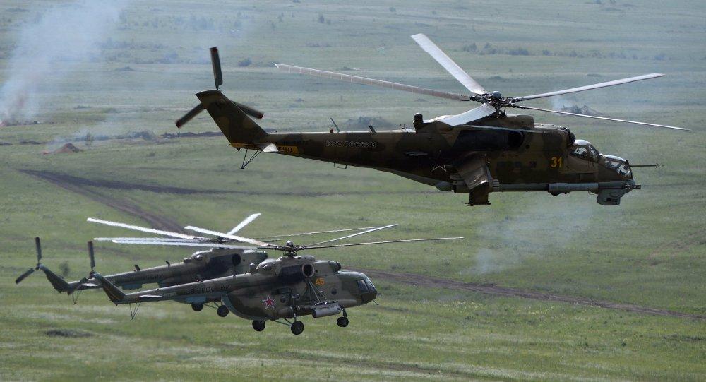 Вертолеты Ми-8 и вертолет Ми-24 во время практического этапа учений войск Центрального военного округа на полигоне Чебаркуль