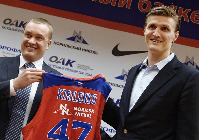 El presidente del CSKA, Andréi Vatutin (izq), y el baloncestista Andréi Kirilenko durante la firma del contrato