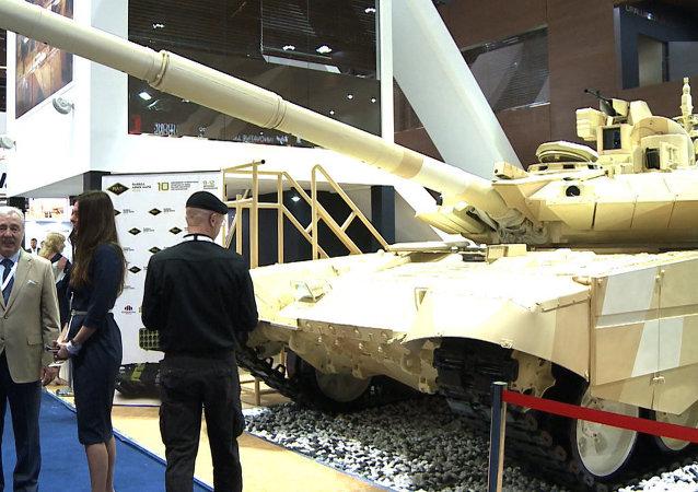 Un nuevo Kalashnikov y equipo del soldado de futuro Rátnik en la feria IDEX 2015