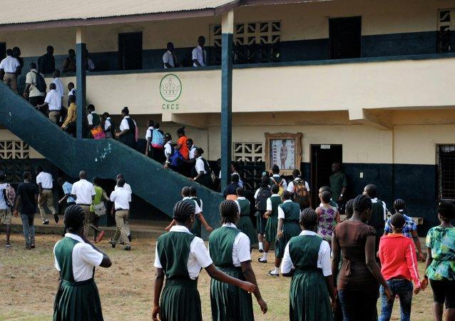 Niños regresan a la escuela cuando se abrió después de seis meses hiato a causa de ébola en Liberia