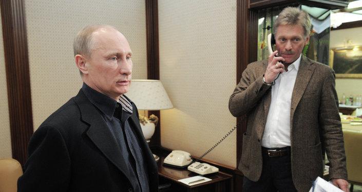 Presidente de Rusia,Vladímir Putin, y su portavoz, Dmitri Peskov