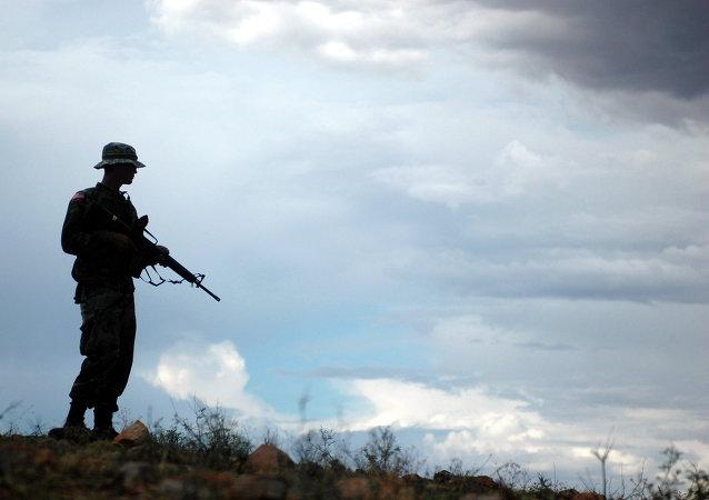 Soldado de la Guardia Nacional de EEUU asiste a la Patrulla de Fronteras en la frontera con México