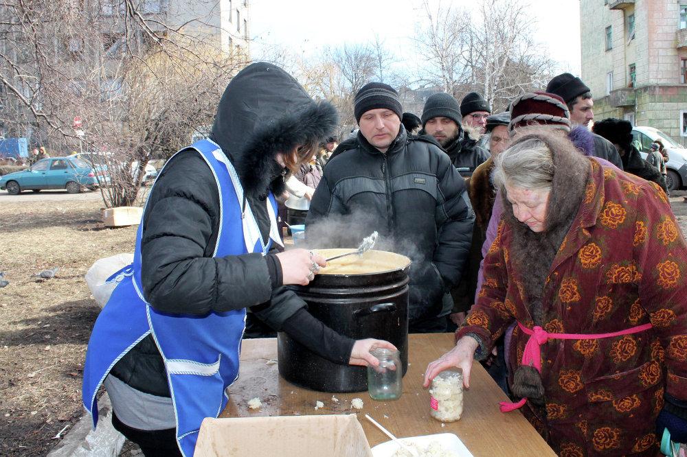 Vecinos de Debáltsevo reciben comida caliente