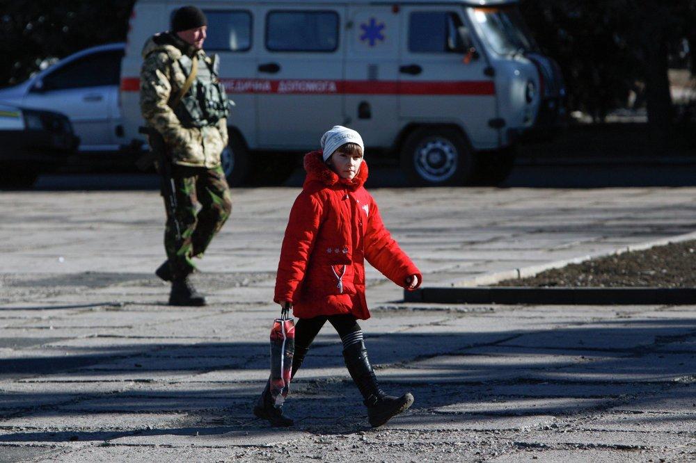 Una niña cruzando la calle en el poblado de Velyka Novosilka, en las afueras de Donetsk