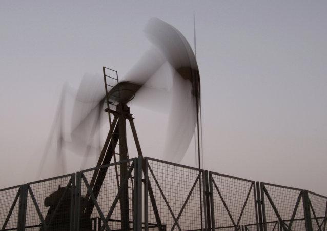 Goldman Sachs admite haber pronosticado demasiado a la baja el precio del crudo para 2015