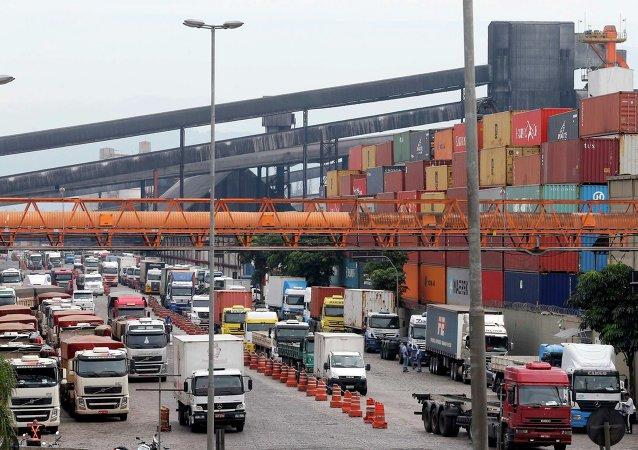 Los camioneros de Brasil mantienen los bloqueos a pesar del acuerdo con el gobierno
