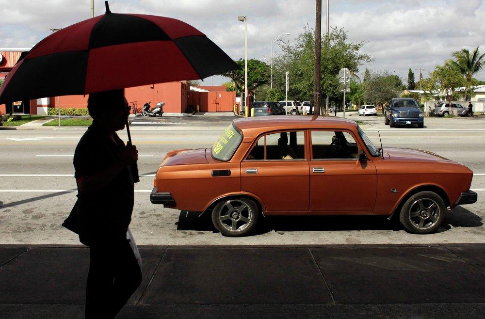 Automóvil Moskvich junto a una tienda de repuestos para automóviles rusos en Hialeah, Florida