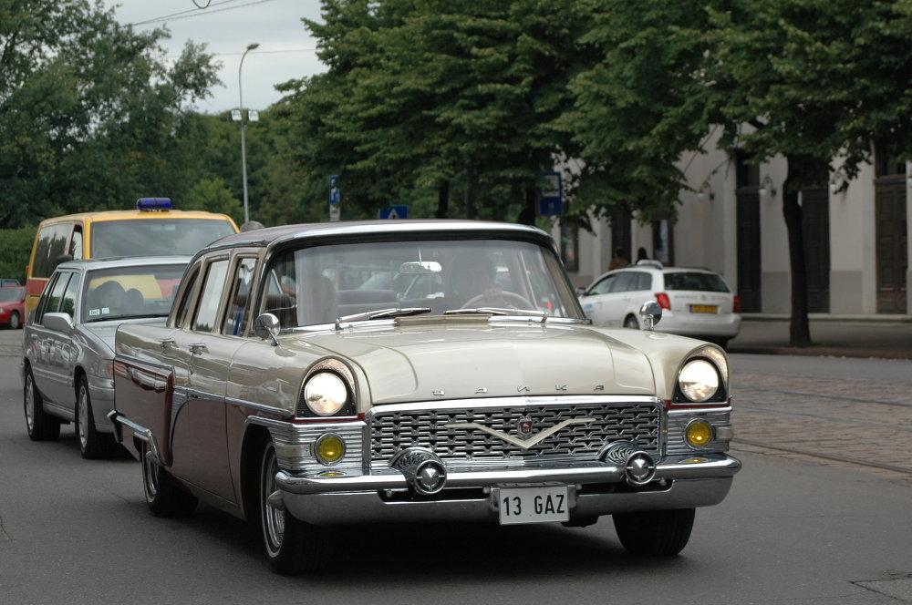 Un automóvil Chaika en Riga, Letonia