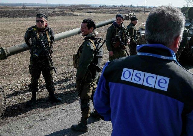 Miembro de la OSCE y los militares ucranianos, 27 de febrero, 2015
