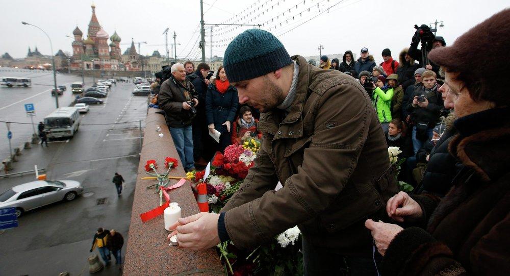 Moscovitas depositan flores en el lugar del asesinato de Borís Nemtsov