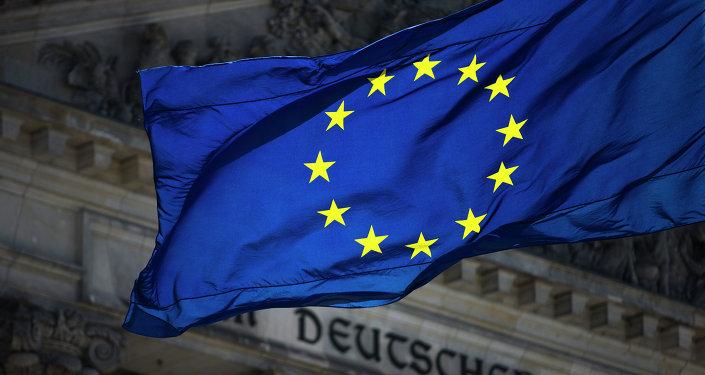 La bandera de la UE con el Bundestag en el fondo
