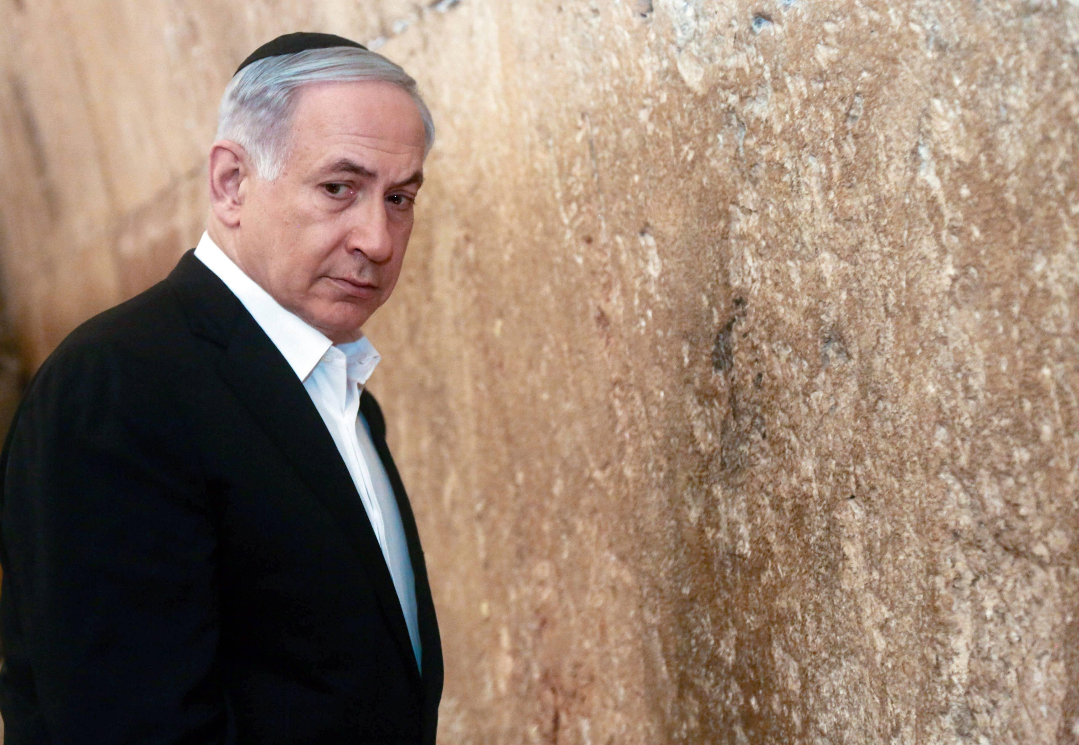 Primer ministro de Israel, Benjamin Netanyahu, ésta al lado de Muro de las Lamentaciones