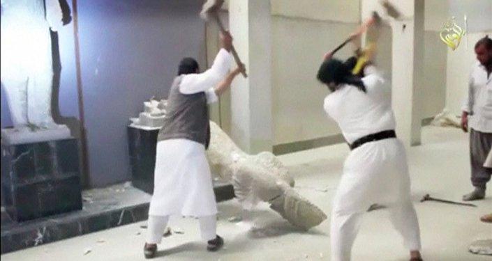 Militantes del Estado Islámico destruyen estatuas asirias en el Museo de la Civilización de Mosul. 26 de febrero 2015