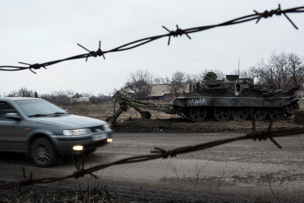 Un carro de combate que el Ejército ucraniano dejó en Ocheretino, localidad en la provincia de Donetsk