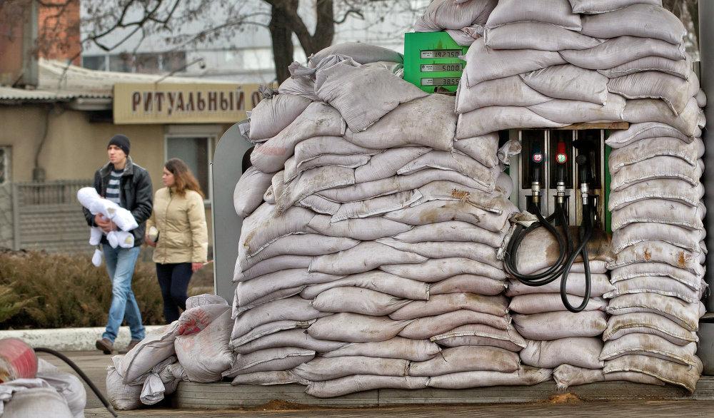 Sacos de arena colocados para proteger una gasolinera de Donetsk